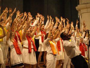 choristes joyeux lors d'un d'un concert de la chorale gospel Sunday Voices